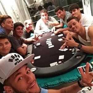 Neymar jugando con sus amigos al juego Texas Hold'em