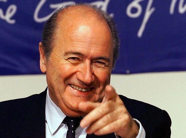 Joseph Blatter renuncia a la FIFA tras 17 años