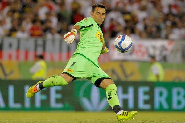 Justo Villar será baja en Colo Colo por dos semanas