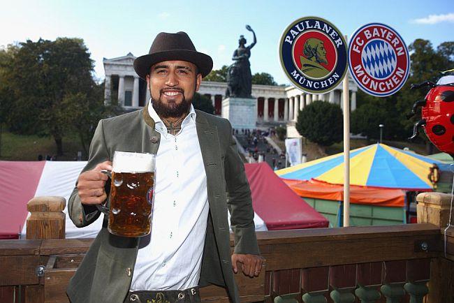 Arturo Vidal celebra el Oktoberfest junto al Bayern Munich